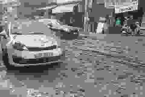 """Xe tải """"hất"""" bùn xuống đường, nhiều người đi xe máy ngã nhào"""