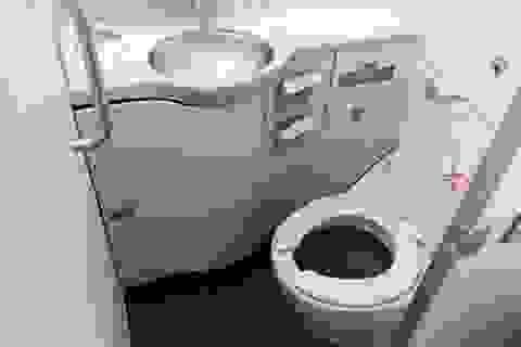 Tại sao không được sử dụng nhà vệ sinh khi máy bay cất và hạ cánh?
