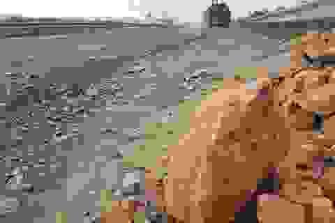 """Vá """"ổ gà"""" trên Quốc lộ 1 bằng đất đỏ và đá cục... ?!"""