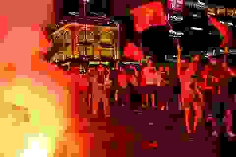 Công an dập pháo sáng trên phố đi bộ sau chiến thắng của đội tuyển Việt Nam