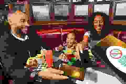 """Nhà hàng """"tịch thu"""" điện thoại để gia đình thực sự bên nhau"""