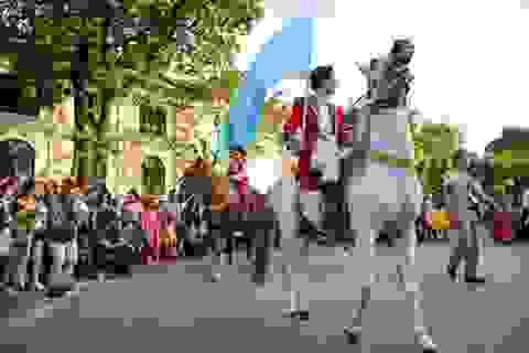 Lạc đà, ngựa diễu hành xiếc trên phố đi bộ hồ Gươm
