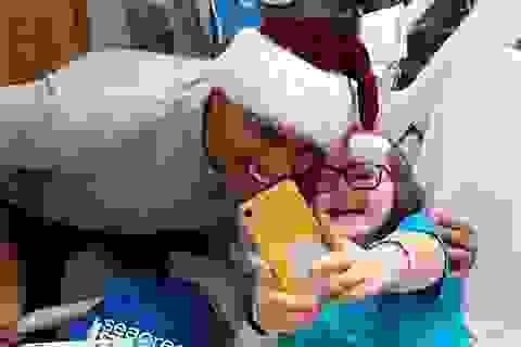 """""""Ông già Noel"""" Barack Obama phát quà cho bệnh nhi"""