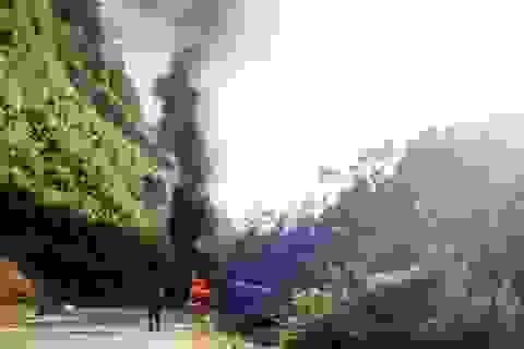 Xe chở gạo hỗ trợ người dân vùng biên giới cháy giữa đường