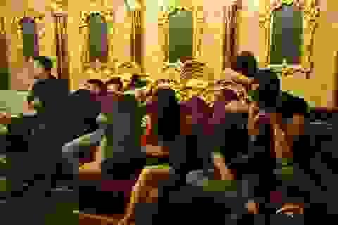 Bắt quả tang phó giám đốc ngân hàng, giáo viên nữ đập đá trong quán karaoke