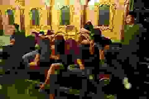 """Đình chỉ Phó giám đốc ngân hàng bị bắt tại """"tiệc ma túy"""" trong quán karaoke"""
