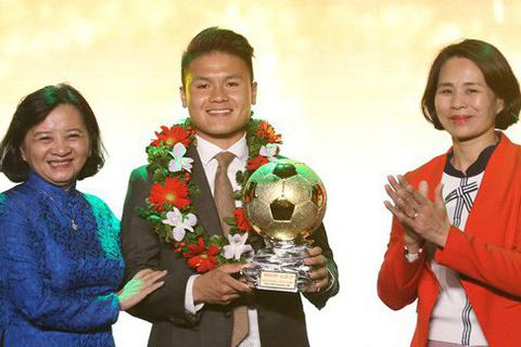 Quang Hải nhận giải Quả bóng vàng Việt Nam 2018