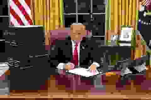 Điểm gây tranh cãi trong bức ảnh Tổng thống Trump ký luật tại Nhà Trắng