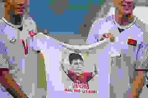 Các tuyển thủ Việt Nam tri ân Đình Trọng sau trận gặp Triều Tiên