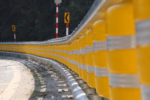Cận cảnh rào chắn đặc biệt đỡ xe đâm vào vách núi ở Dốc Cun
