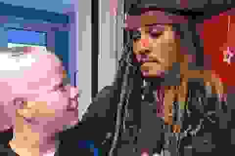 Johnny Depp hóa cướp biển đến thăm trẻ em trong bệnh viện