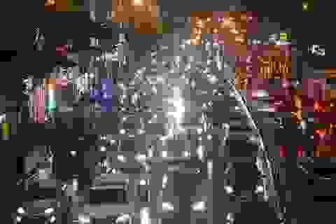 Người dân đổ ra bến xe về nghỉ Tết, đường phố Hà Nội ùn tắc trong mưa