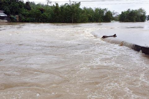 Mưa lũ tại nhiều tỉnh miền Trung, người dân đón Tết dương lịch trong nước lụt