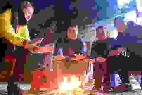 Người dân đốt lửa sưởi ấm đêm đông Hà Nội