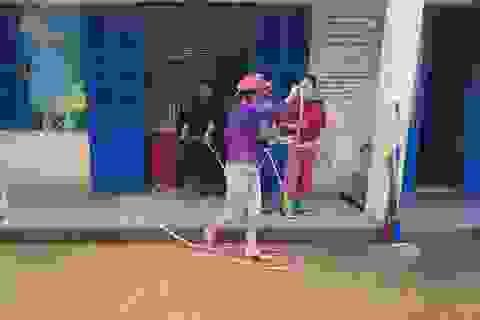 Đang nghỉ Tết Dương lịch, giáo viên vẫn tất bật dọn bùn do mưa lũ