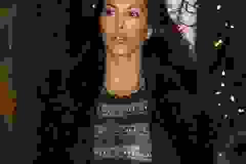 """Kourtney Kardashian """"thả rông"""" vòng một ra phố"""