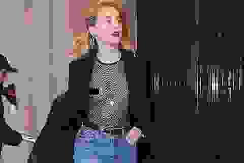 Amber Heard thản nhiên mặc áo không nội y