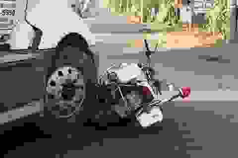 Chạy vào đường cấm, tài xế container tông nát xe CSGT