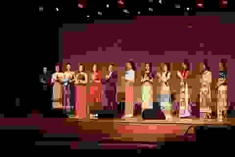 Minh Tiệp đạo diễn catwalk cho Huyền My, Nam Em tại show giao lưu văn hóa Việt Hàn