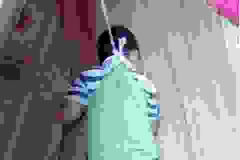 """Vụ buộc dây, treo bé 4 tuổi lên cửa sổ: Đừng bắt giáo viên """"tự bơi""""!"""