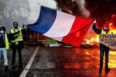 Pháp hủy kế hoạch tăng thuế sau biểu tình lớn nhất 50 năm