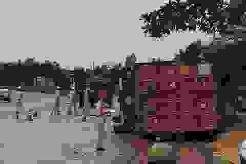 Xe container va chạm xe máy rồi lật nghiêng, hai thiếu nữ tử vong
