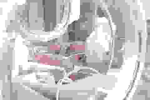 Bé gái 4kg bị ngạt, liệt cánh tay sau sinh thường