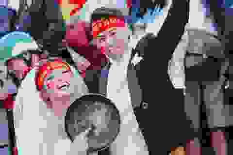 Gặp cặp đôi cầm chảo chụp ảnh cưới cổ vũ U23 Việt Nam