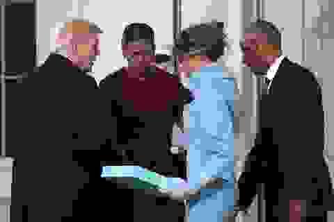 Bà Obama khó xử vì món quà của Đệ nhất phu nhân Melania Trump