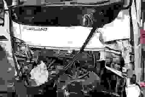 Xe tải va chạm xe khách, 10 người thương vong