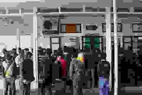 Người dân chen chúc làm thủ tục tại cửa khẩu để về quê đón Tết
