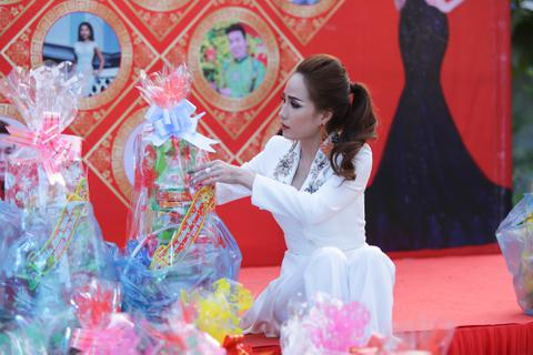 Hoa khôi Bảo Ngọc tổ chức Tết sớm cho người dân nghèo Sóc Trăng