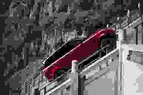 Choáng với chiêu ô tô leo núi lên Cổng trời Trương Gia Giới