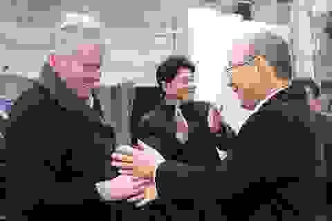 HLV Guus Hiddink chúc mừng thành công của Park Hang Seo