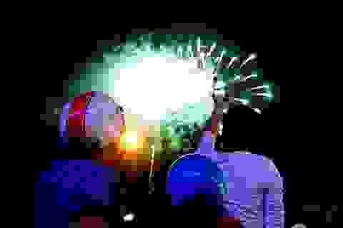Công nhân huyện vùng ven háo hức với màn pháo hoa chào năm mới