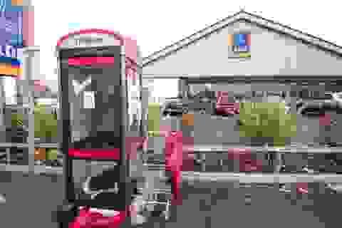Người đàn ông 4 tháng trời ngủ trong bốt điện thoại giữa giá rét ở Anh