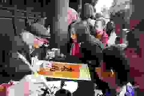 Hàng nghìn người tới Văn Miếu xin chữ đầu năm