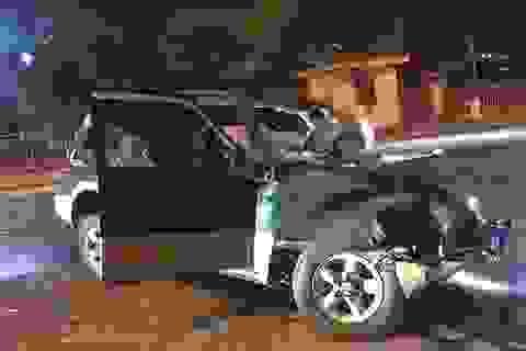 Xe khách đối đầu ô tô con trong đêm mùng 2 Tết