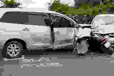 Hai ô tô đấu đầu, xe máy kẹt giữa, nhiều người bị thương