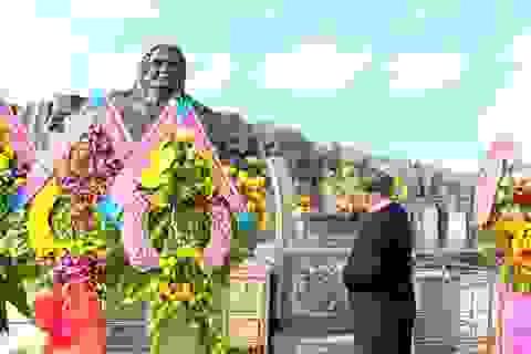 Hàng ngàn người viếng Tượng đài Mẹ Việt Nam Anh hùng dịp Tết