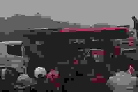 Xe khách bốc cháy ngùn ngụt trên quốc lộ 1A, hành khách đập cửa thoát ra