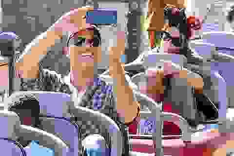 Sandra Bullock cùng bạn trai đi chơi công viên