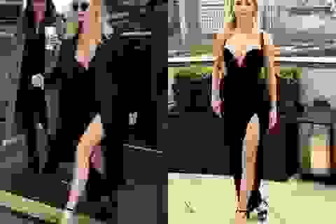 Jennifer Lawrence gây choáng với váy xẻ bạo