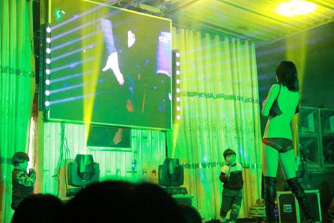 Trào lưu thuê vũ nữ thoát y đến góp vui trong đám tang ở Trung Quốc