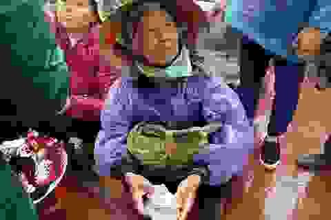 """Dịch vụ đổi tiền lẻ """"dàn trận"""" khắp chợ Viềng"""