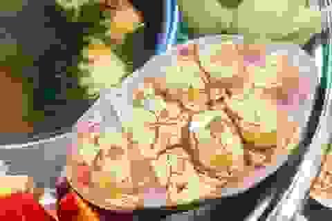 """Dân Hà Nội phát """"sốt"""" với món lẩu cá... dát vàng ngày vía Thần Tài"""
