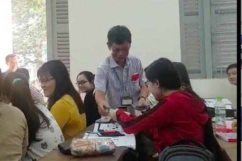 Hiệu trưởng lì xì cho sinh viên trong buổi học đầu năm mới