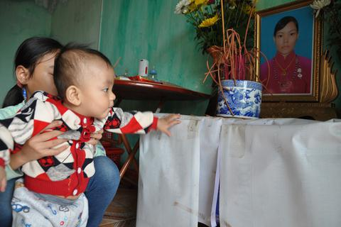 Mẹ chết, bố bỏ đi, bé 8 tháng tuổi ngằn ngặt khóc vì khát sữa