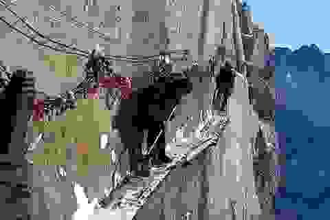 Công việc nguy hiểm bậc nhất thế giới trên vách núi tuyết