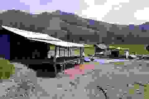 Người dân bị lở núi, mất nhà dựng lều tạm giữa đồng đón Tết